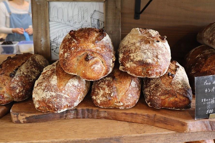 朝8時から焼き立てパンを豊富に取り揃えています(2019.06.15)