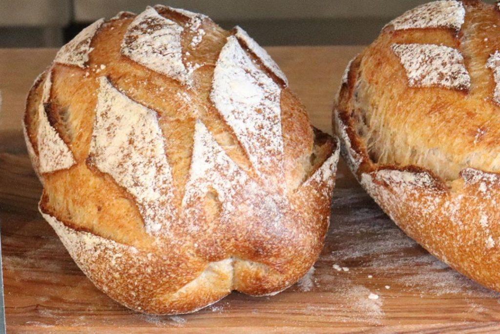 ハード系のパンは、11時半から焼き上がっています(2019.06.28)