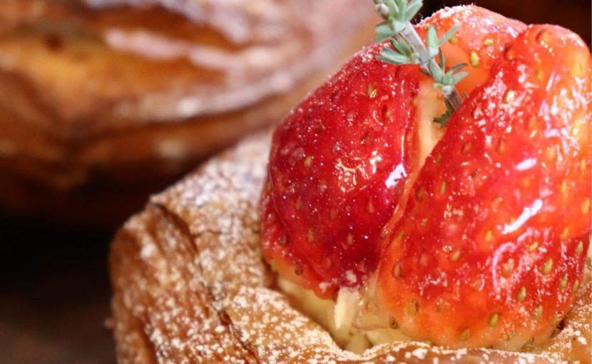 季節限定のデニッシュ「いちごのデニッシュ」他、デニッシュ類は朝8時半頃からご用意させていただいております(2019.12.20)