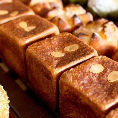 ブリオッシュの紅茶のクリームパンピスタチオベリー、ブリオッシュクリーム、が焼き上がっています(2020.01.17)