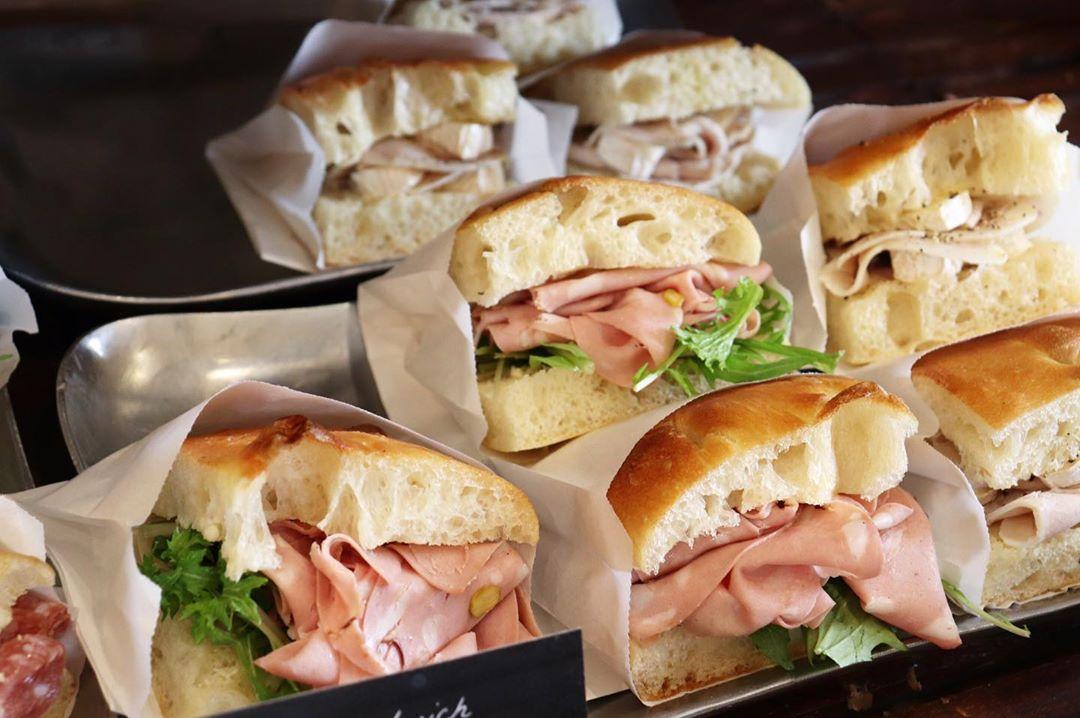 「ローストチキンのサンド」「自家製ロースハムとチーズ」「ミラノサラミとモッツァレラサンド」好評いただいております(2020.01.26)