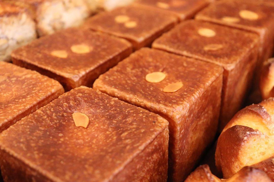 パン・オ・ショコラ、発酵バターのクロワッサンが焼き上がっています(2020.02.21)