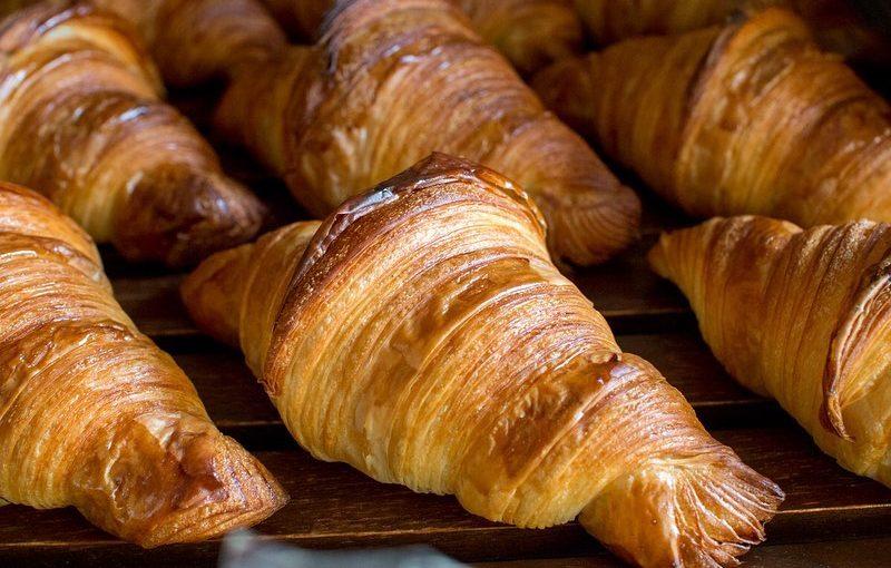 パン・オ・ショコラ、発酵バターのクロワッサンが焼き上がっています(2020.03.05)