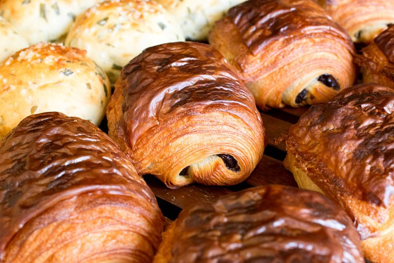好評いただいております「発酵バターのクロワッサン」「パン・オ・ショコラ」本日もたくさん焼かせていただきました(2020.03.08)