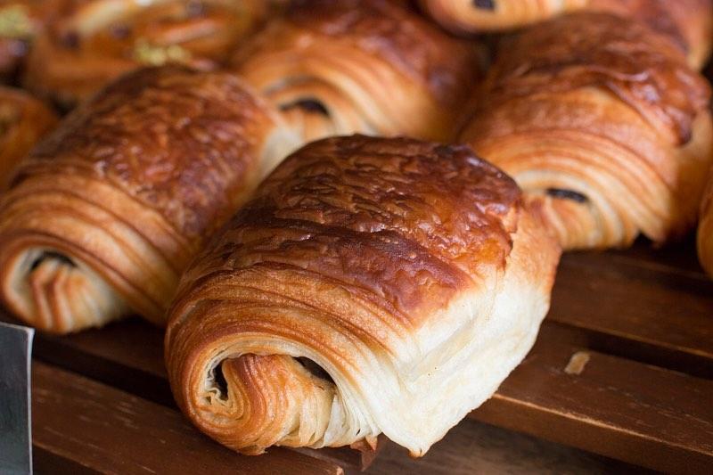 好評いただいております「発酵バターのクロワッサン」「パン・オ・ショコラ」本日もたくさん焼かせていただきました(2020.03.19)