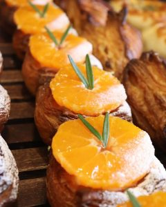 青葉ファームさんの農薬不使用のいちごのデニッシュ、湘南ゴールドのデニッシュ他、豊富なデニッシュをご用意しています(2020.03.25)