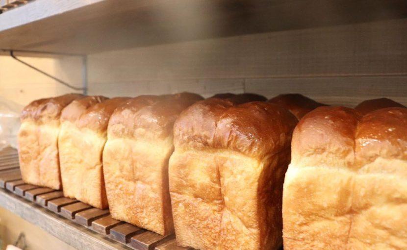 好評いただいております、プレミアムブレッドは8時から、食パンは1日2回(9時半頃、13時~14時頃)焼かせていただいています(2020.03.25)