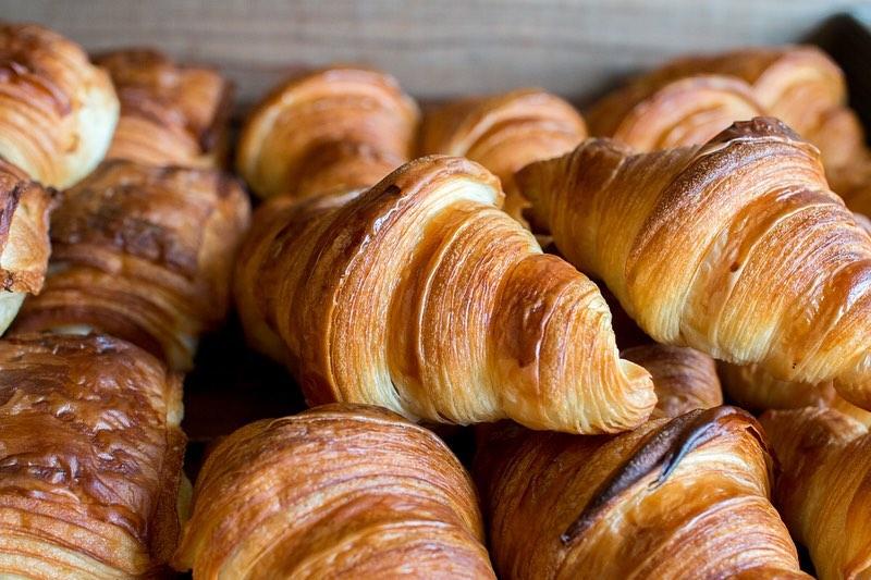 好評いただいております「発酵バターのクロワッサン」「パン・オ・ショコラ」本日もたくさん焼かせていただいております(2020.03.26)