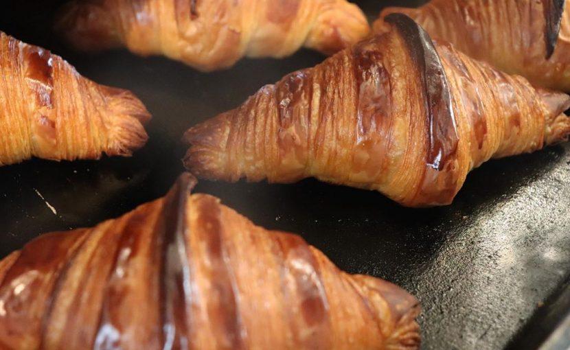 好評いただいております「発酵バターのクロワッサン」「パン・オ・ショコラ」本日もたくさん焼かせていただいております(2020.04.01)