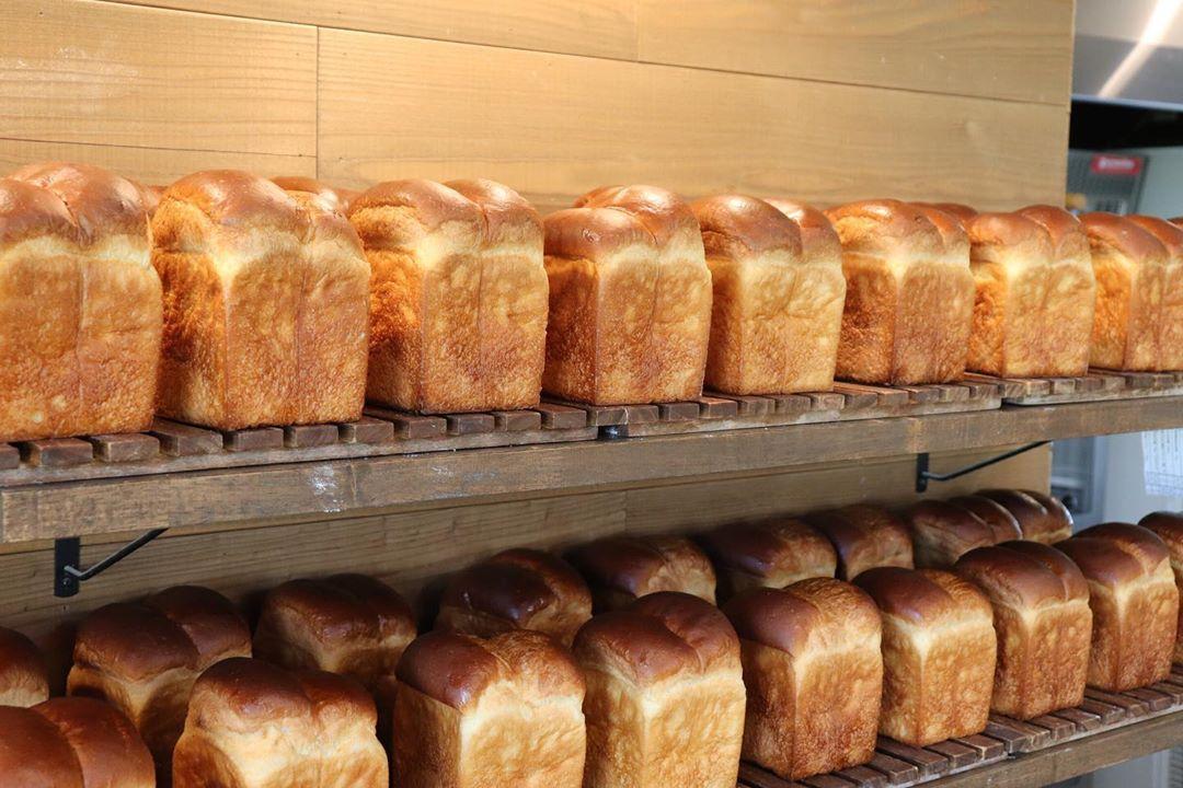「丘パンプレミアムセット」を朝からたくさんのパンを焼き上げていっております(2020.04.26)