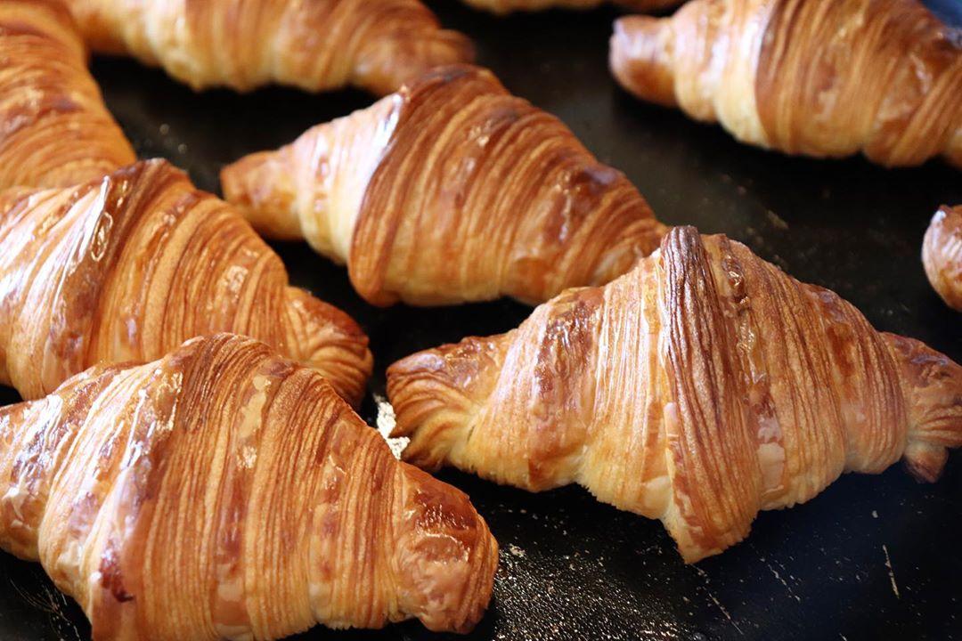 好評いただいております「発酵バターのクロワッサン」「パン・オ・ショコラ」本日もたくさん焼かせていただいております(2020.05.14)