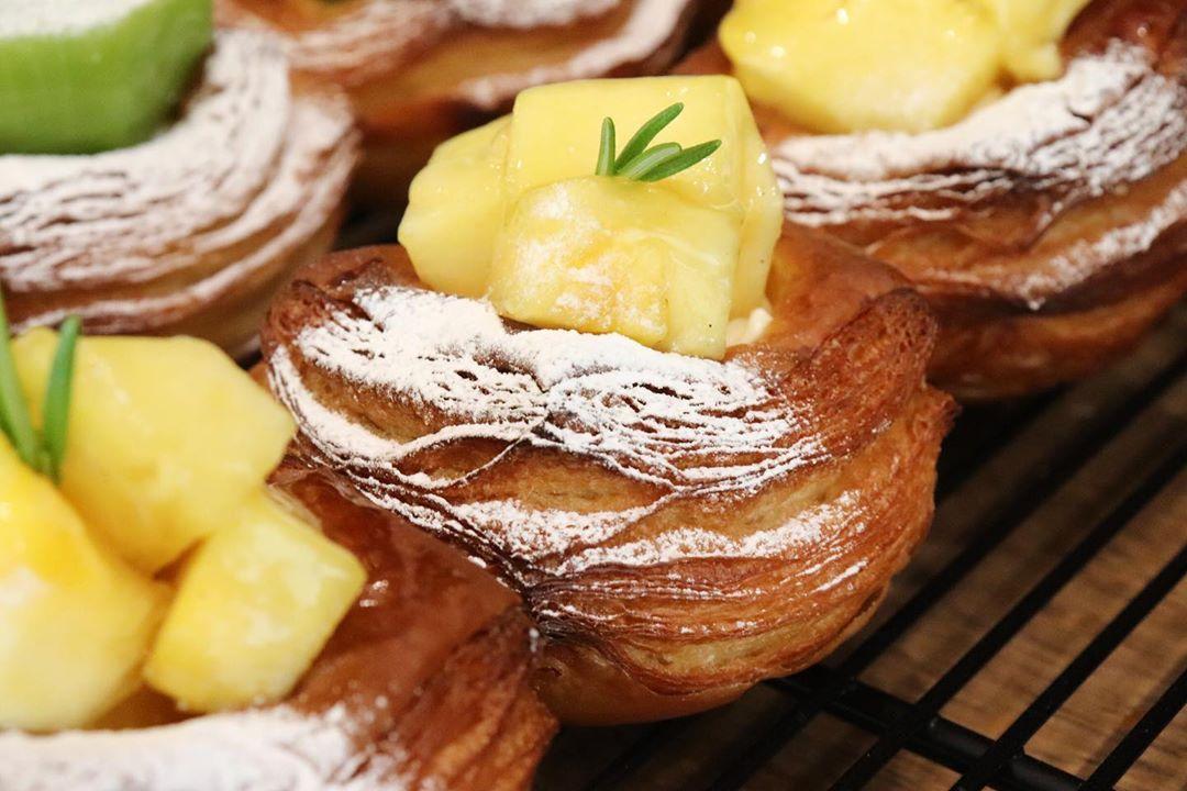 本日も、ピーチパインのデニッシュ他、季節限定のフルーツデニッシュを豊富にご用意しています(2020.06.26)