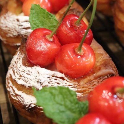 季節限定のさくらんぼのデニッシュ他、フルーツデニッシュを豊富にご用意しております(2020.07.12)
