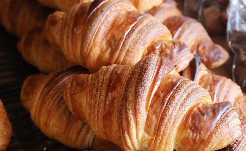 好評いただいています「発酵バターのクロワッサン」「パン・オ・ショコラ」たくさん焼かせていただいております(2020.08.15)