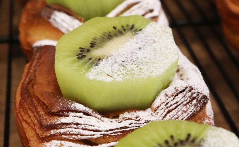 厳選した自慢のフルーツを使用した、フルーツデニッシュを豊富にご用意しています(2020.08.30)