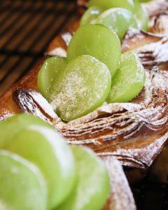 厳選した自慢のフルーツを使用した、フルーツデニッシュを豊富にご用意しています(2020.09.03)