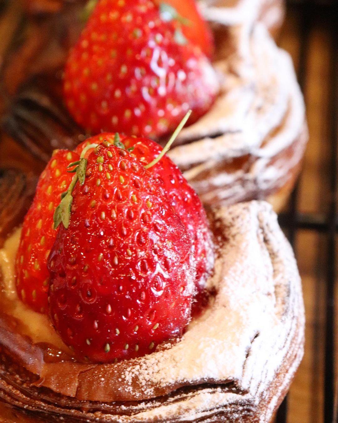 先週からスタートした季節限定のデニッシュの新商品「苺と練乳のデニッシュ」大変好評いただいています(2020.12.03)