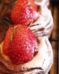 先日からスタートしました季節限定デニッシュ「ラフランス〜洋梨のデニッシュ」「苺と練乳のデニッシュ」たいへん好評いただいています(2020.12.09)