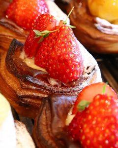 季節限定デニッシュ「ラフランス〜洋梨のデニッシュ」「苺と練乳のデニッシュ」たいへん好評いただいています(2020.12.17)