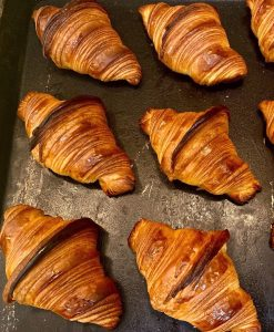 土曜日・日曜日は、人気の「発酵バターのクロワッサン」「パン・オ・ショコラ」たくさん焼かせていただきます(2020.12.20)