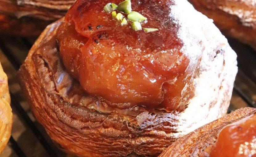 人気の季節限定「自家製タルトタタンのデニッシュ」他たくさんのデニッシュご用意しています(2021.03.26)