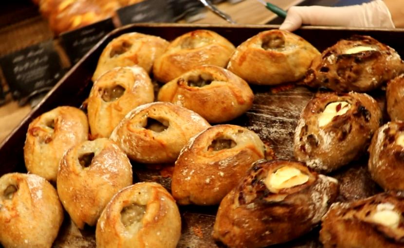 チーズフォンデュやゴルゴンゾーラなど、ハード系パンは11時半前後より随時焼き上がっていきます(2021.03.28)