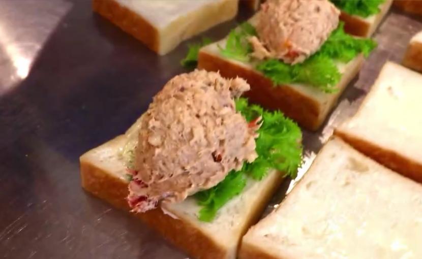 丘パン自慢の食パンに挟んだ「ツナ プロヴァンサルのサンドウィッチ」や「特製卵サンド」10:00~10:30頃に随時ご用意させて頂きます(2021.04.03)