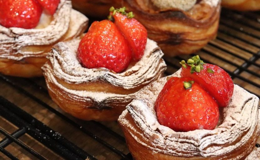 本日も、季節限定の「完熟苺のデニッシュ」たくさんご用意しております(2021.04.04)