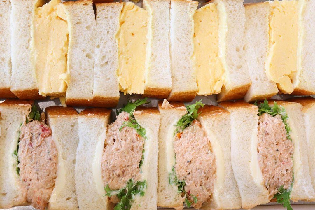 丘パン自慢の食パンに挟んだ「ツナ プロヴァンサルのサンドウィッチ」や「特製卵サンド」たくさんご用意いたします(2021.05.21)