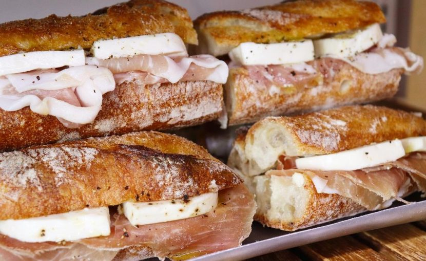 「生ハムとモッツァレラのサンド」や丘パン自慢の食パンに挟んだ「特製卵サンド」「ツナ プロヴァンサルのサンドウィッチ」をたくさんご用意しております(2021.06.27)