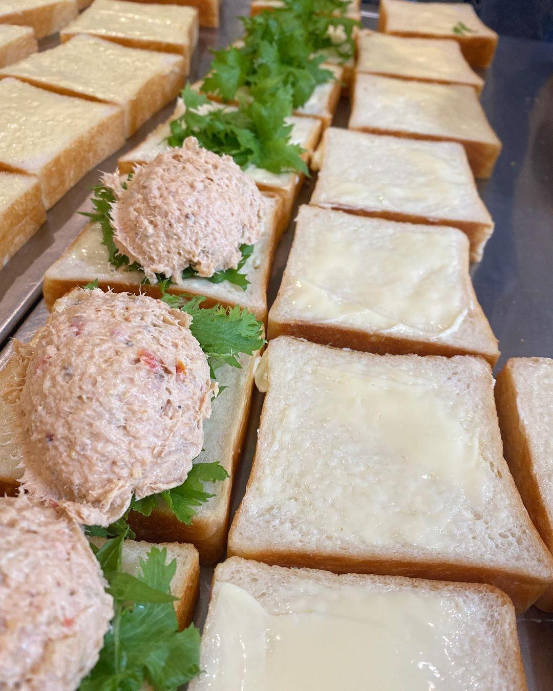 再販して好評いただいている「バインミー」や丘パン自慢の食パンに挟んだ「ツナ プロヴァンサルのサンドウィッチ」をぜひお召し上がりください(2021.07.08)
