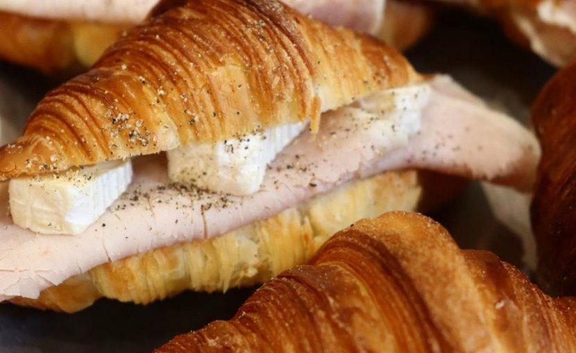 丘パンの人気のクロワッサンを使用した「クロワッサンサンド」他たくさんのバゲットサンド・サンドウィッチご用意しています(2021.09.04)