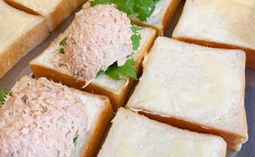 丘パン自慢の食パンに挟んだ「ツナ プロヴァンサルのサンドウィッチ」をたくさんご用意しております(2021.09.11)