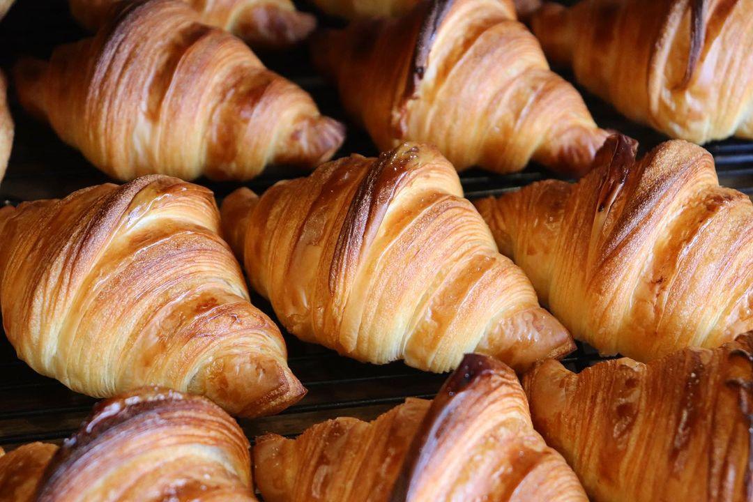 国産小麦を使用した人気の「発酵バターのクロワッサン」「パン・オ・ショコラ」本日もたくさん焼かせていただきます(2021.10.01)